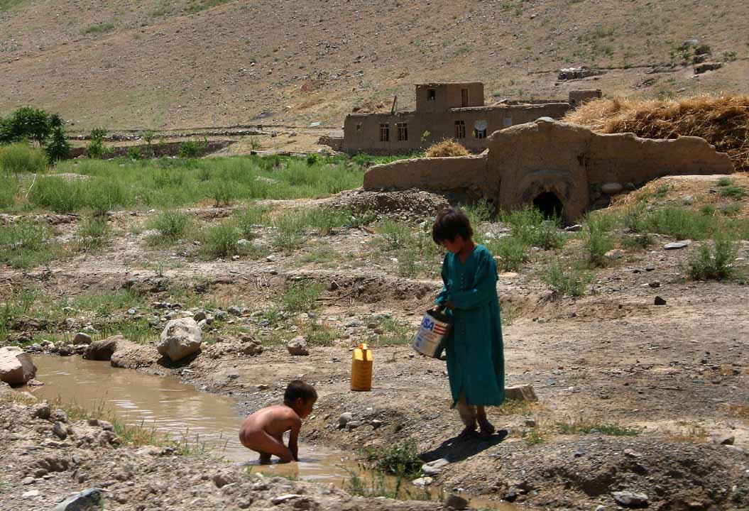kinderen bij een kreek in Afghanistan